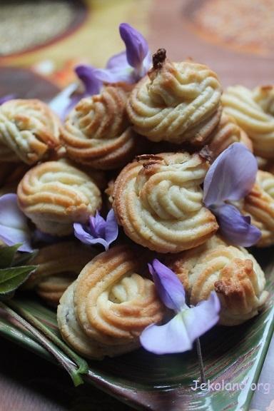 biscotti con petali di glicine